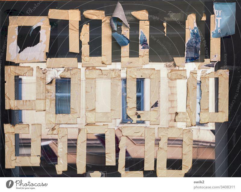 Hebräisch für Fortgeschrittene Schaufenster beklebt Reste Vierecke geheimnisvoll Zeichen fremdartig hebräisch Spiegelung Glas RestePapier Klebeband anhaften
