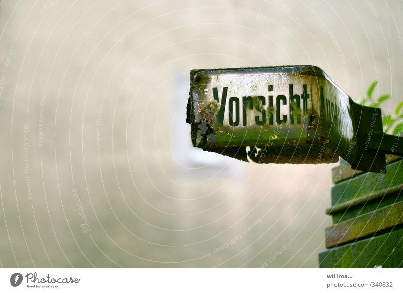 mit Brille wär das... grün grau Schilder & Markierungen Schriftzeichen Hinweisschild kaputt Schutz Sicherheit Wachsamkeit Rost Warnhinweis Zerstörung Vorsicht