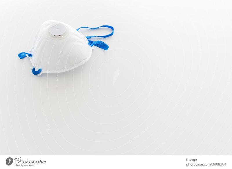 Maske für den Coronavirus-Schutz mit Kopierraum auf weißem Hintergrund 2019-ncov Gefahr Gerät Pflege Vorsicht Klinik ansteckend Verunreinigung copyspace