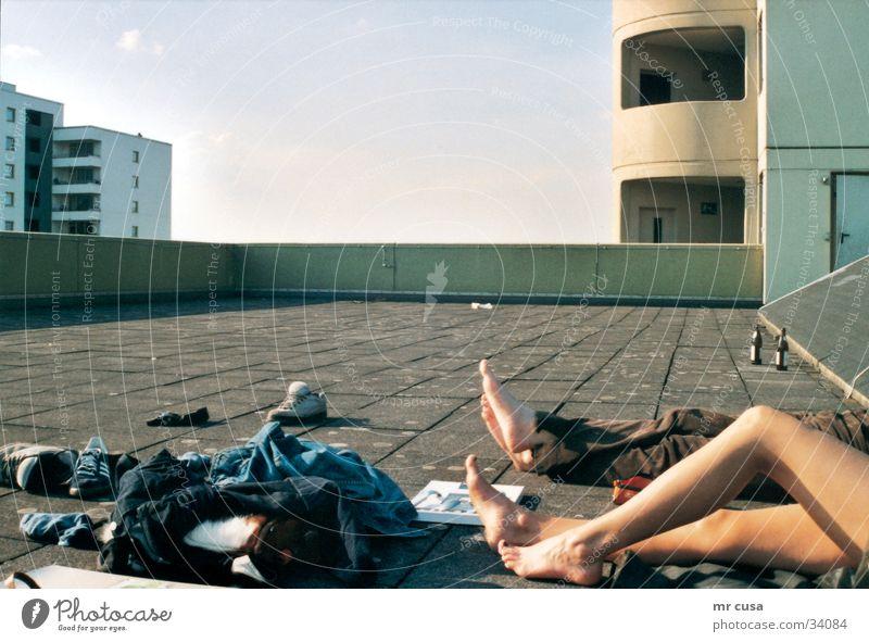 lazy Frau Himmel Sommer Erholung Architektur Beine 2 Zusammensein liegen Dach Siesta Fototechnik freizügig Symbole & Metaphern