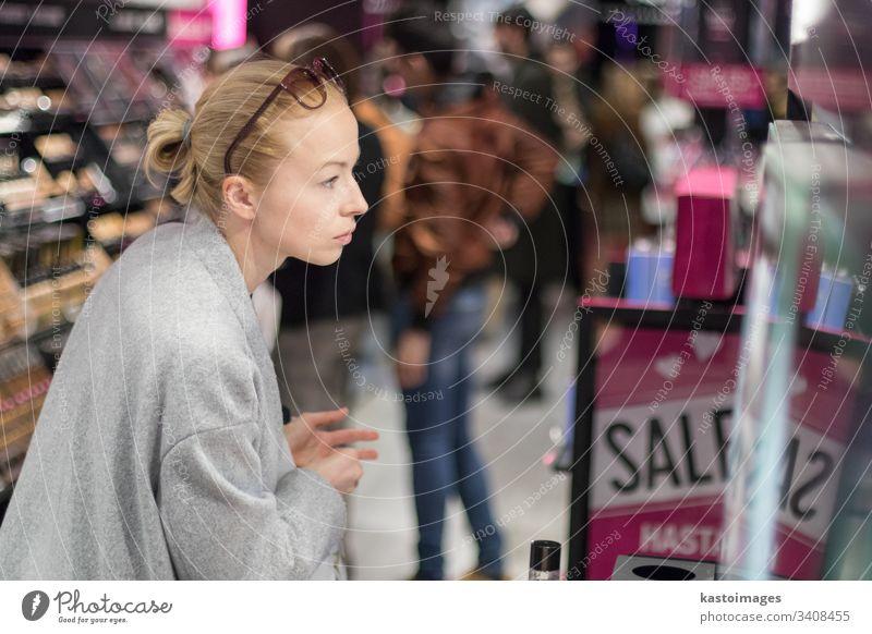 Frauen kaufen und testen Kosmetika in einem Kosmetikgeschäft Schönheit Laden Werkstatt Einzelhandel Mädchen Kunde Verbraucher Kaukasier Glück Menschen Kauf jung