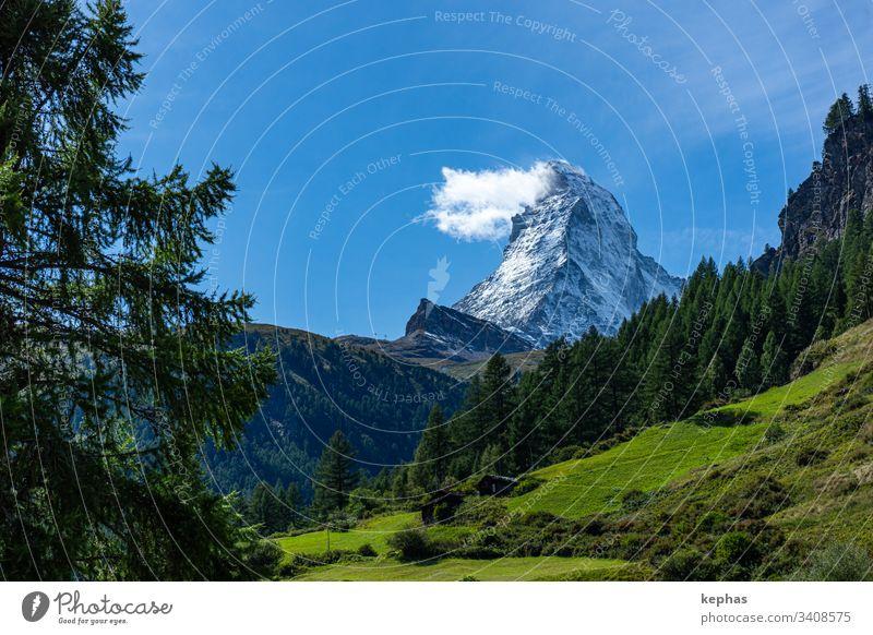 "Das Matterhorn mit der bekannten ""Matterhorn-Wolke"" Berg Berge Switzerland Schweiz Schweizer Alpen Zermatt Tourismus Ferien Wallis Kanton Wallis Walliser Alpen"
