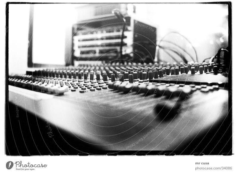 mixed Werkstatt Unschärfe Makroaufnahme Nahaufnahme Musikmischpult Detailaufnahme tiefenunschärfe Schwarzweißfoto black white Technik & Technologie