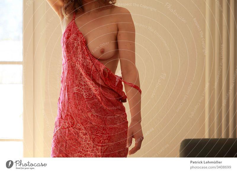 Frau in rotem Kleid frau akt halbnackt kleid busen brust bekleidung erotik frauenkörper geschlechtsmerkmal geschlechtsteil erotisch feminin sanft schönheit