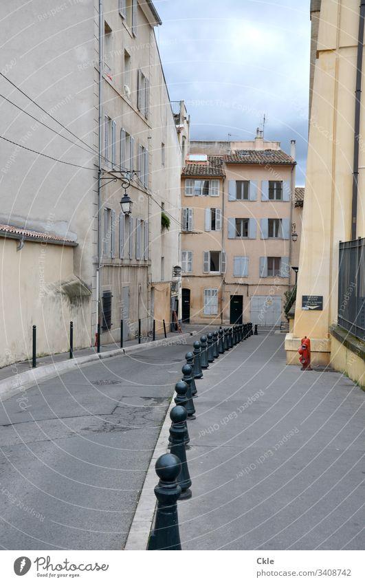 Einsame Straße in französischer Stadt Rue Hydrant Häuserzeile Altstadt Außenaufnahme Haus Farbfoto Architektur alt Gasse Frankreich Fenster Lampe Gebäude Mauer