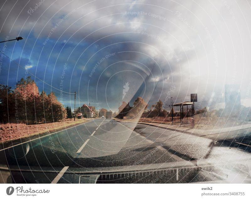 Verfahren Verkehr draußen Straße unterwegs Polen Osteuropa Asphalt schnurgerade geradeaus Buchaltestelle Fahrbahnmarkierung Bäume Gras Straßenrand