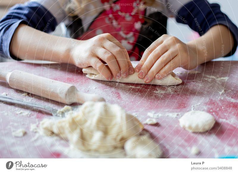 Nahaufnahme der Hände eines kleinen Mädchens, das mit Teig spielt abschließen wenig Spielen Teigwaren backen Essen zubereiten Finger Kind Kleinkind Farbfoto