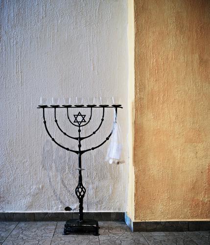 Menorah, zweckentfremdet Leuchter Judentum Symbol Innenaufnahme stehen Metall geschmiedet Kunst Davidstern Mauer Wand Fußboden Menschenleer Religion & Glaube