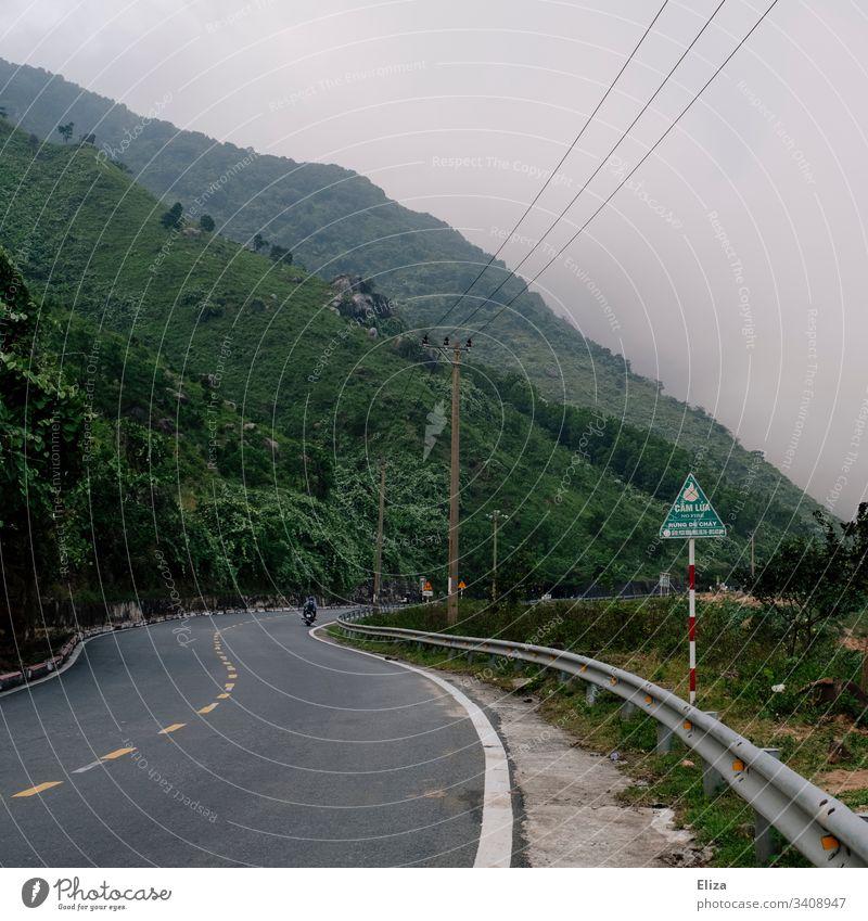 Eine Straße in Vietnam, die zum Wolkenpass hochführt inmitten grüner Berge und Wolken Natur Außenaufnahme Farbfoto Landschaft Ferien & Urlaub & Reisen
