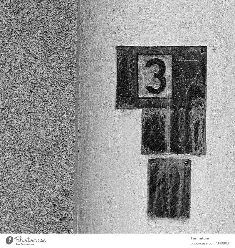 Ja, je, nun. schwarz Wand Gefühle Mauer grau ästhetisch Beton einfach 3 kaputt Ziffern & Zahlen Irritation Namensschild Hausnummer Bohrloch