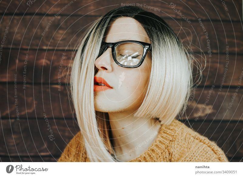 Nahes Porträt einer schönen Nerd-Frau Brille nerdig Mode trendy Model blond gerahmte Brille Ombre Frisur cool attraktiv hübsch Gesicht Zubehör modern lässig