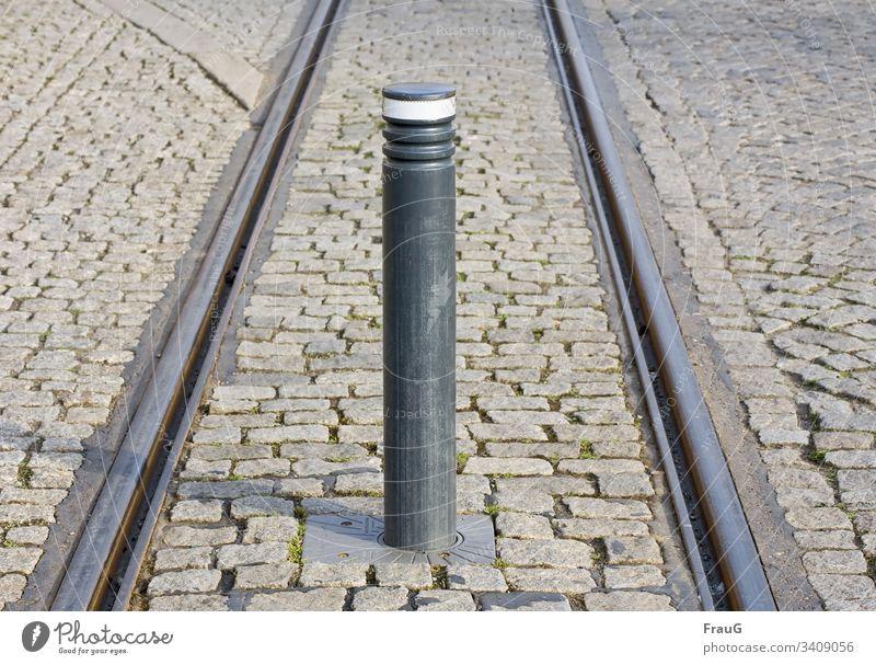 Stopp- hier keine Weiterfahrt Pflaster Pflastersteine Kopfsteinpflaster Stein Straßenbelag Schienen Straßenbahnschienen Altstadt Verkehrswege Stadt Poller