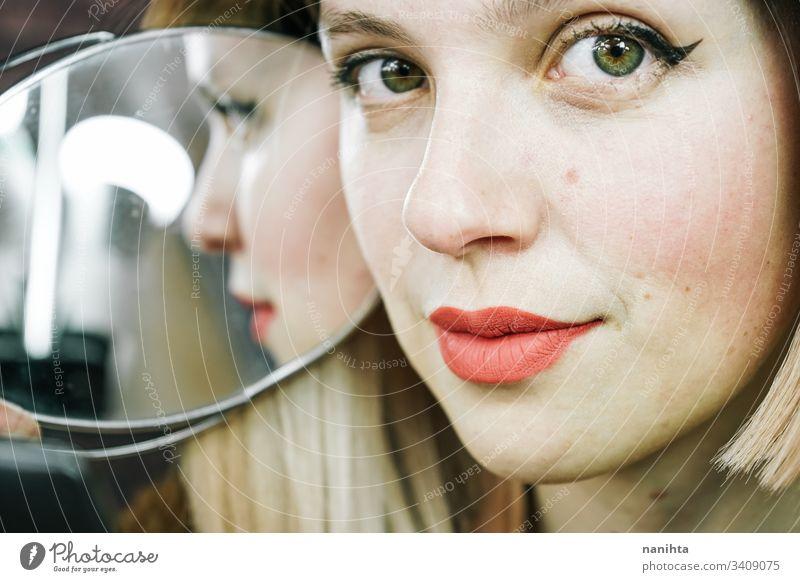 Schöne Nahaufnahme einer jungen blonden Frau Schönheit Kosmetik zusammenstellen abschließen Spiegel natürlich natürlich aussehend wirklich echte Frau Mode
