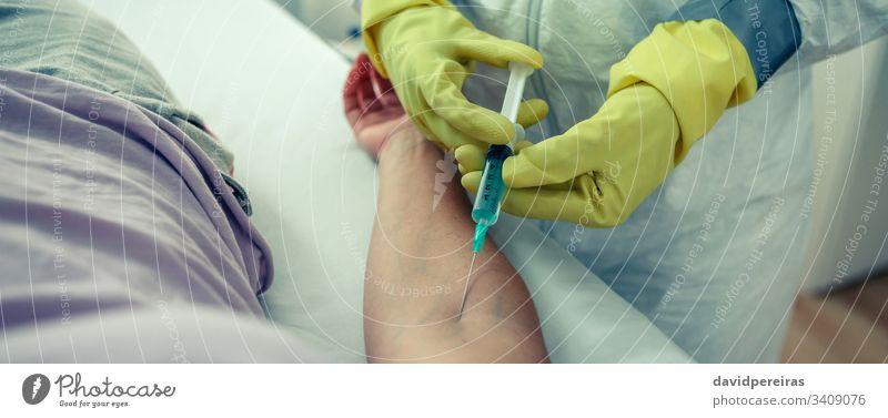 Arzt, der einem Patienten einen Impfstoff injiziert Virus Coronavirus Spritze einspritzend Arme Gegenmittel COVID19 Impfung Kopfball Transparente Netz Panorama