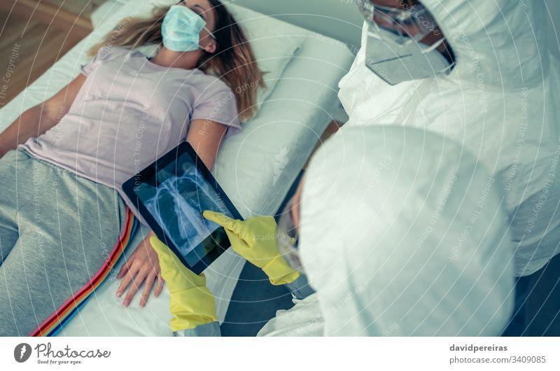 Ärzte, die die Röntgenaufnahme der Brust eines Patienten untersuchen Check-up Truhe röntgen Atemwegsvirus covid-19 lungen Atmungsprobleme Coronavirus Brustkorb