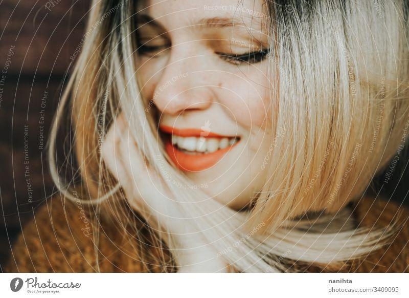 Nahaufnahme einer schönen jungen und coolen Frau Emotion hübsch Gesicht Jugend Frisur modern lässig blond trendy frisch Frische Glück sinnlich Kaukasier weiß