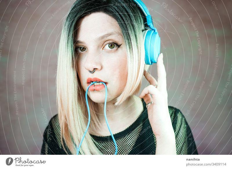 Junge moderne Frau, die Musik hört Technik & Technologie genießen frisch Musik hören Kopfhörer Piercing Headset cool Frische Jugend Hobby Freizeit Zeit Porträt