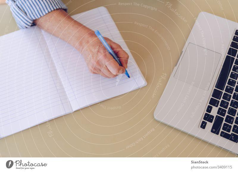 Senioren im mittleren Alter arbeiten zu Hause am modernen Laptop Elektronik pc Textfreiraum Draufsicht flache Verlegung zuschauen leerer Bildschirm Konzept