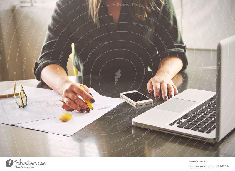 Architektin beim Skizzieren in ihrem Büro Laptop Business Telefon Mobile klug Smartphone Arbeitsplatz Computer Hände Frühstück Keyboard Schreibtisch Hand Tisch