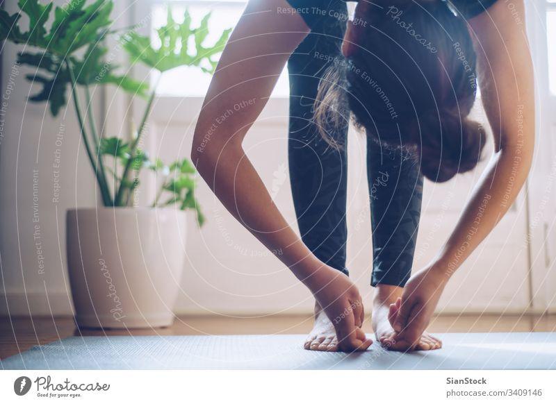 Frau, die morgens bei ihr zu Hause Yoga macht. Unterlage Fitness jung schön Sport Gesundheit Übung passen Training Wellness Fitnessstudio Mädchen weich Licht