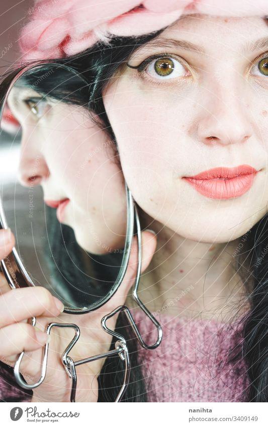 Nahaufnahme einer schönen Frau, die sich in einem Spiegel spiegelt Schönheit Kosmetik Lippenstift abschließen jung Mode trendy cool Reflexion & Spiegelung