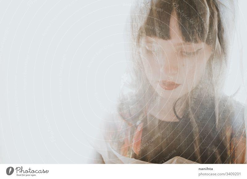 Junge exotische Frau posiert in der Nähe eines Fensters mit Gegenlicht brünett Gardine Hintergrundbeleuchtung Schönheit schönes rote Lippen schwarz Mode trendy
