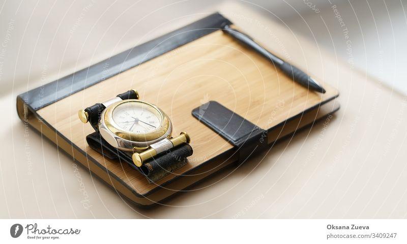 Geschäftskonzept aus Notizbuch, Stift, Uhr auf hellem Hintergrund, Kopierraum, Minimalismus. Alarm blanko Business Computer Konzept Textfreiraum Design Designer