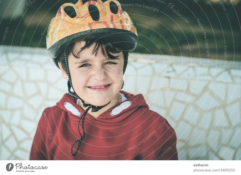 lächelndes Kind mit Fahrradhelm Radfahrer Schutzhelm Aktivität Fahrradfahren Sicherheit Sport Spaß Glück Fröhlichkeit Lächeln Gesundheit Freizeit Athlet Tropfen