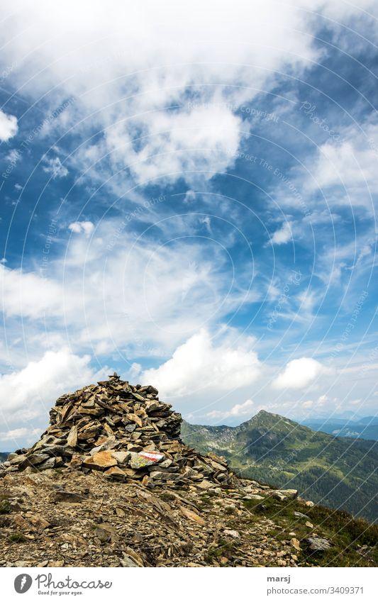 Steinhaufen als Wegweiser. Die Sorgen dieser Welt werden da oben sehr klein. Panorama (Aussicht) Starke Tiefenschärfe Sonnenlicht Schatten Licht Tag Morgen