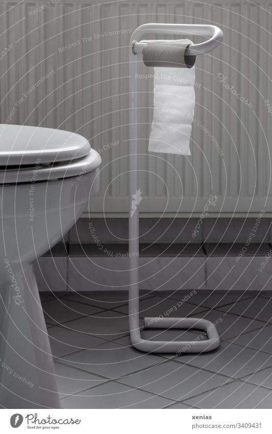kleiner Rest Toilettenpapier auf dem Toilettenpapierhalter Klopapier WC Bad toilettenpapierhalter Fliesen u. Kacheln 00 Häusliches Leben WcSitz Sanitäranlagen