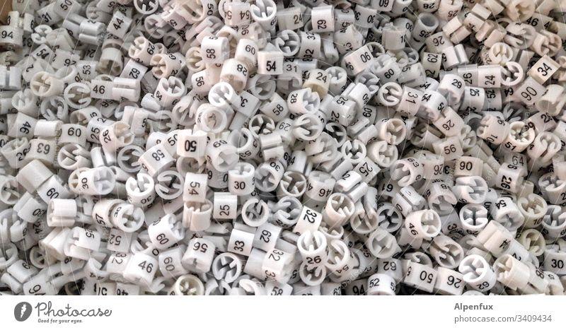 Kleidergrößen-Lotterie Zahlen Ziffern & Zahlen Größe 42 zählen Nahaufnahme Konfektion Konfektionsgröße abnehmen diätwahn Diät Menschenleer