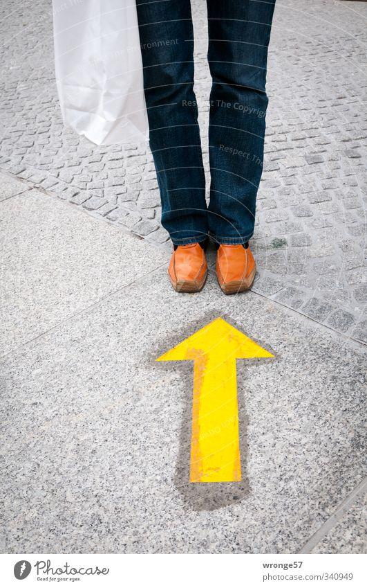 Orange Schuh kaufen Mensch feminin Frau Erwachsene Beine Fuß 1 Bekleidung Hose Jeanshose Schuhe gelb grau orange Hund Jeansstoff Tüte Pfeil Gesicht