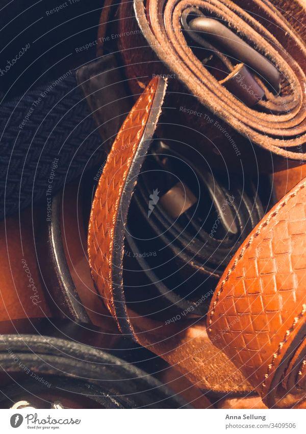 Verschiedene Gürtel in braunen Tönen Licht Innenaufnahme Leben schön Farbfoto Stil maskulin Mode elegant Bekleidung Accessoire Design Menschenleer