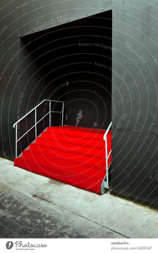 Roter Teppich absatz abstieg abwärts aufstieg aufwärts eingang fenster geländer menschenleer portal roter teppich stufe textfreiraum treppe treppenabsatz
