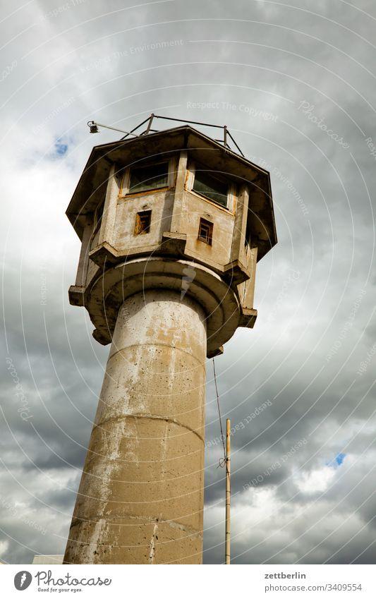 Wachturm architektur berlin berliner mauer bewachung froschperspektive gefängnis grenze grenzturm himmel kalter krieg mitte museum wachturm wolke schießscharte