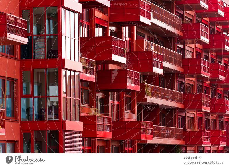 Neubau in Rot außen berlin fassade fenster haus innenstadt kreuzberg lokdepot mauer mehrfamilienhaus menschenleer mietshaus neubau rot textfreiraum wand wohnen