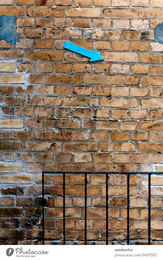 Kellerzugang hinweis keller links markierung navi navigation orientierung pfeil rechts richtung schräg tipp weg wegweiser wegzeichen mauer mauerwerk gemauert
