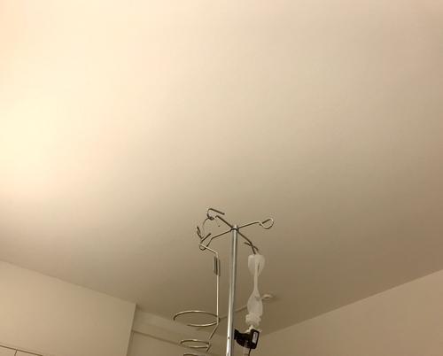 Infusionsständer im weißen Krankenhauszimmer krankenhaus trist trostlos krankheit gesundheit viren bakterien corona gefahr medizin erholung metall patient