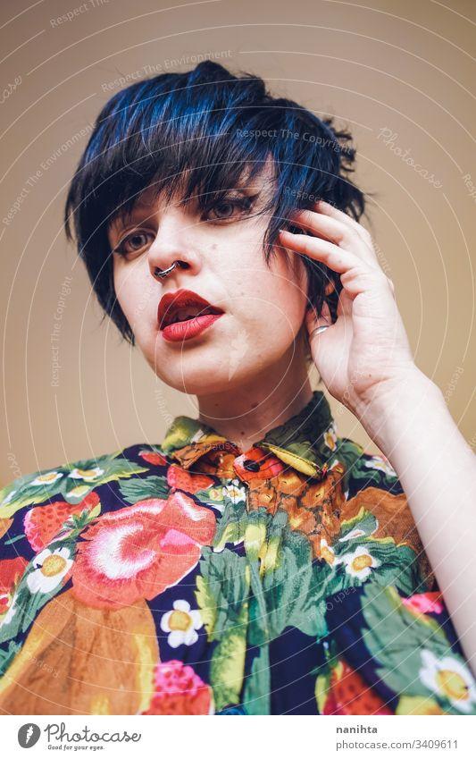 Coole Transgender und androgyne Frau Model trendy trasgender hübsch Gesicht Kurze Haare Frisur Stil stylisch cool Bluse Sommer Glück Fröhlichkeit anders