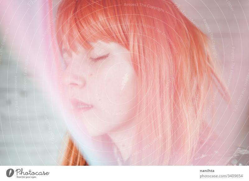 Romantisches und verträumtes Porträt einer rothaarigen Frau Rotschopf jung Unschärfe verschwommen Einfluss kreativ Kreativität Pastell Töne hübsch Gesicht