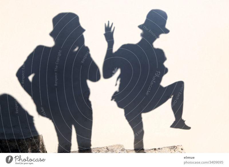 zwei Schattenpersonen Spass lustig Verzerrung Hut Sommerspass Fröhlichkeit Glück Lächeln Lifestyle Spaß Scherenschnitt zusammen Freizeit Zusammensein Spaß haben