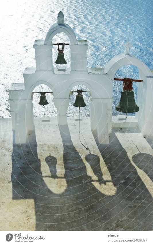 weißer Glockenturm mit 4 Glocken und deren Schatten Meer Architektur Kirche Außenaufnahme Menschenleer Ferien & Urlaub & Reisen Religion & Glaube Schönes Wetter