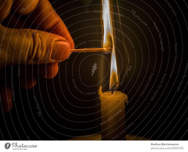 Streichhölzer, die zum Anzünden einer Kerze brennen Streichholz stark Gefahr schön beleuchtet rot heiß Konzept erwärmen blau Flamme Kopf entzündend Brandwunde