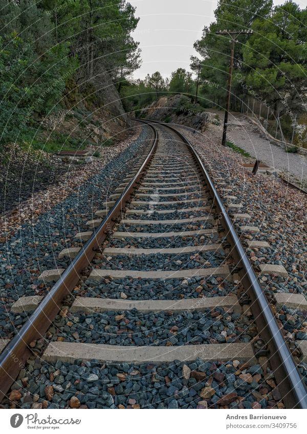 Zugstrecke durch den Berg Felsen Schlucht Business im Freien biegend Industrie Holz Park Ladung reisen Schiene bügeln Zeichen Land Regie Kies wolkig Transport