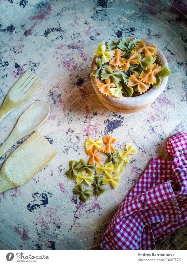 Bunte Nudelbänder in Komposition auf hellem Hintergrund Spätzle Gesundheit Makkaroni Küche Krawatte Weizen Italienisch Schleife Text gelb Ernährung Lebensmittel