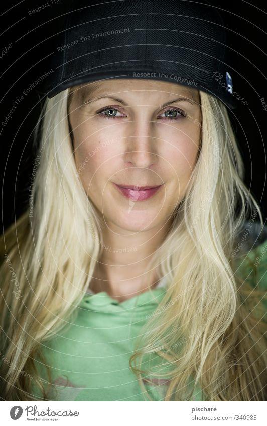 Portrait feminin Junge Frau Jugendliche Gesicht 18-30 Jahre Erwachsene blond langhaarig Coolness frech Erotik Mütze Farbfoto Innenaufnahme Studioaufnahme