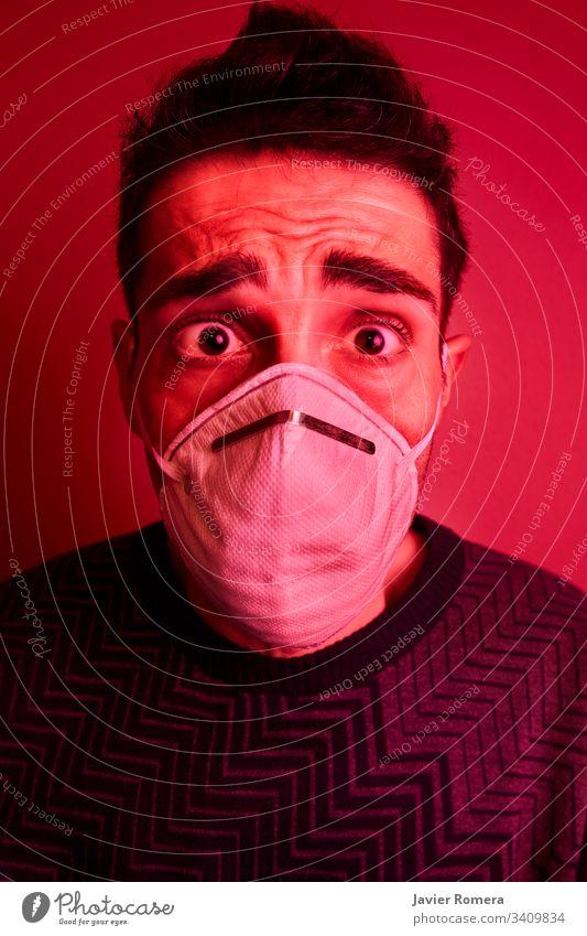 Mann mit Gesichtsmaske durch Coronavirus verängstigt covid-19 wuhan Corona-Virus Mundschutz Schutz Krise Panik Gefahr Infektion Umwelt Ansteckung Apotheke