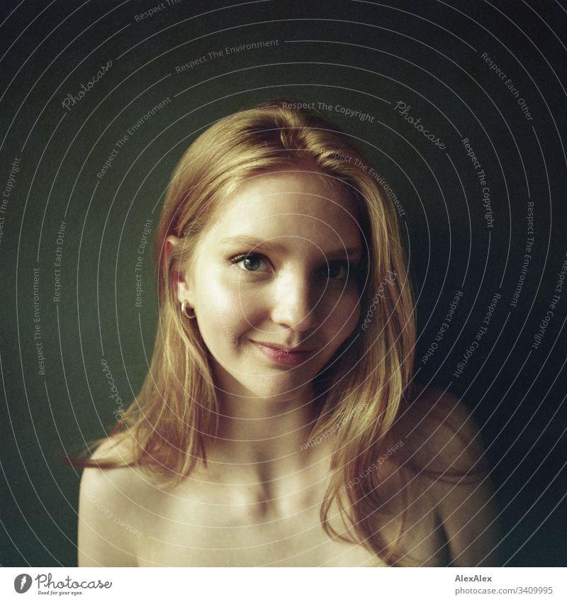 Analoges Portrait einer jungen Frau Schlank körnung analoge fotografie 6x6 elegant Stil schön Leben Wohnung Raum Junge Frau Jugendliche Gesicht 18-30 Jahre