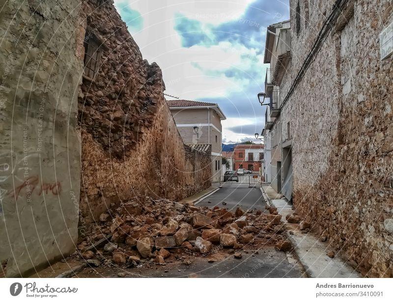 Einsturz eines alten Steinhauses Großstadt Gebäude Dorf Architektur im Freien Natur Versicherung blau unprofitabel Schaden abbrechen Kosten Panne Appartement