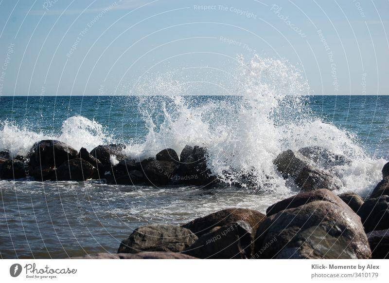 Wellenbrecher mit Gischt am Strand Meer Wasser Ozean spritzen Felsen Steine blau weiß Wassertropfen Natur Naturschauspiel Küste Brandung Wind salzig See Ostsee